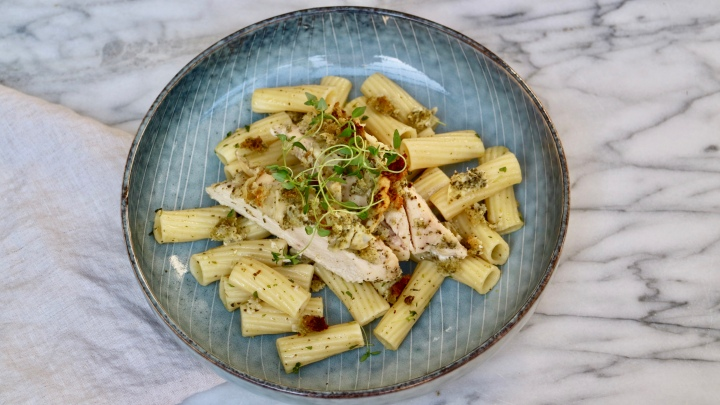 Pasta with chicken, pesto and thyme