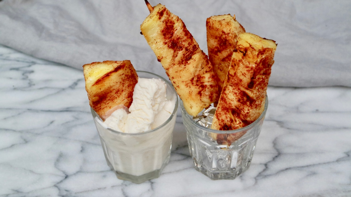 Grilled caramelized pineapple with cinnamon and vanilla ice cream
